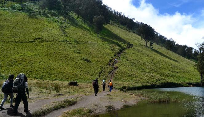 Mendaki Salah Satu Gunung Di Jawa Timur
