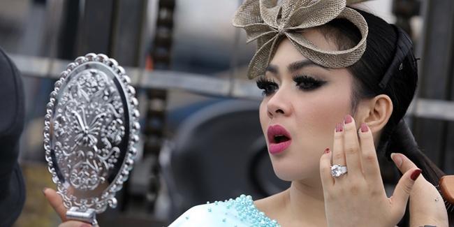 Bermakeup Cetar Ala 'Princess Syahrini'